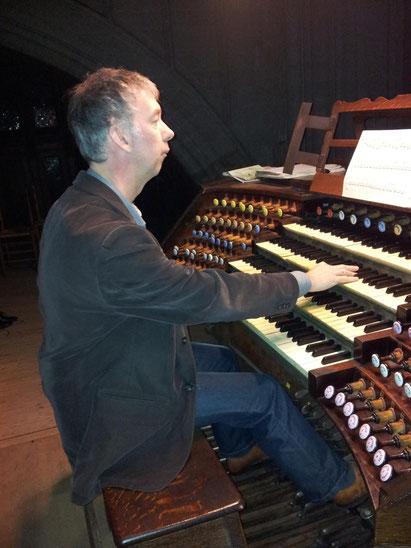 Jan-Sjoerd van der Vaart aan het orgel van de kathedraal in Antwerpen