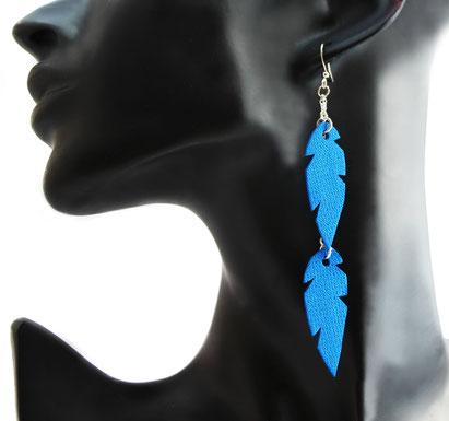 créations bijoux- créateur bijoux- bijoux fait main-bijoux cuir- créateur bijoux cuir- création bijoux- -sarayana-handmade jewelry-leather jewelry-bijoux de créateur- boucles d'oreille cuir- boucles d'oreille bleu électrique-boucles d'oreilles plumes