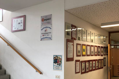 """In der Wolfsburger Käferschule hat man kaum noch Platz für neue Auszeichnungen etc. Höchste Zeit, dass im Sommer der Erweiterungsbau eröffnet wird, so dass man dann noch einmal neu """"dekorieren"""" kann."""