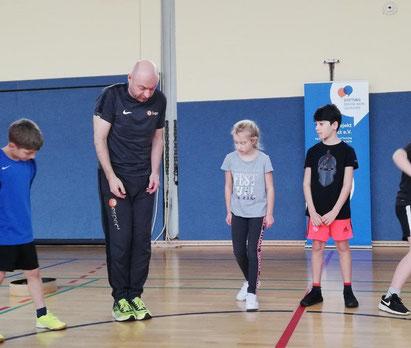 Kinder der Adolf-Grimme-Schule mit Trainer Oliver Henneke beim !Respect-Training in 2019 (Foto: Adolf-Grimme-Schule)
