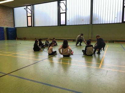 !Respect-Training Mitte November in der Wolfsburger Grundschule Wohltberg. Coach Abou Cham trägt Maske, und die Turnhalle wird gut gelüftet. (Foto: Ute Gezer)