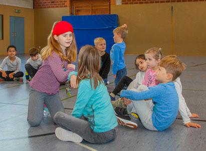 In der Ganderkeseer Grundschule Lange Straße wird geübt, wie man sich sich freundlich grüßt – derzeit natürlich ohne sich dabei die Hände zu geben (Foto: Astrid Pape-Westermann)