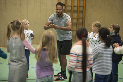 !Respect-Coach Abou Cham beim Konflikttraining mit Kindern der Elisabeth-Siegel-Schule (Foto Swaantje Hehmann)