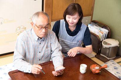 ご高齢のお客様がスマホを操作するイメージです