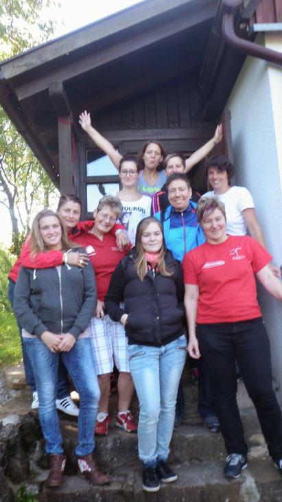 """Das Frauenfussballteam beim Mannschaftsausflug vor der Unterkunft """"Weedplärre"""""""