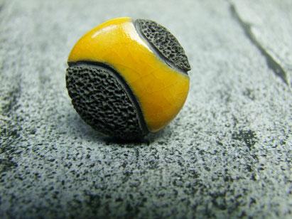 bague artisanale en ceramique raku noire et jaune
