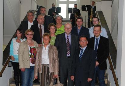 Justizminister Kutschaty mit den ausstellenden Künstler/innen