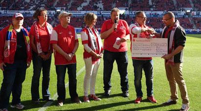 von links: Martin Veser, Andrea Lentz, Felix Pothmann, Andrea Grimme, Stadionsprecher Klaus Hafner, Werner Homberger, Kai Leimig (Förderverein)