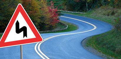 """Vor einer S-Kurve ist ein Warnschild """"Vorsicht S-Kurve"""" aufgestellt. / Bildquelle: BOSCH Service"""