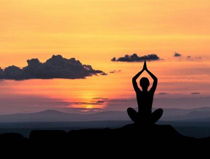 méditation femme couche de soleil