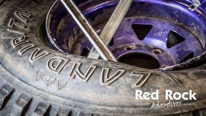 Arbeiten an einem Reifen beim Land Rover Defender Workshop II