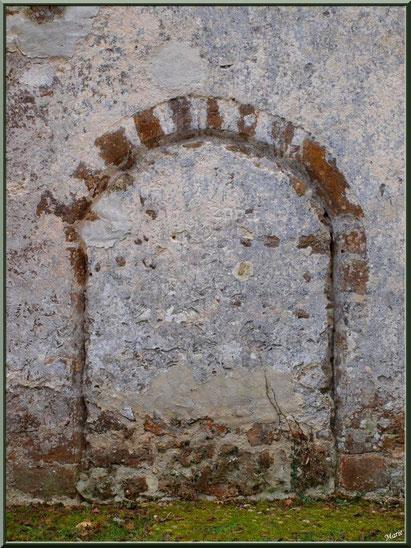 Eglise St Michel du Vieux Lugo à Lugos (Gironde) : façade Nord-Est et sa porte des cagots