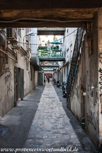 Bild: in den Seitengassen am alten Hafen von Marseille