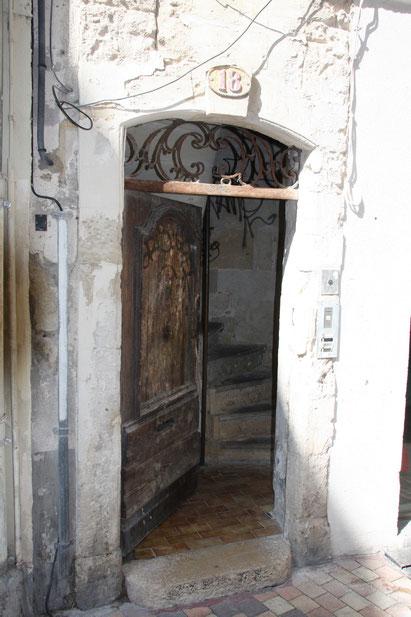 Bild: Türeingang in der Altstadt von Nimes
