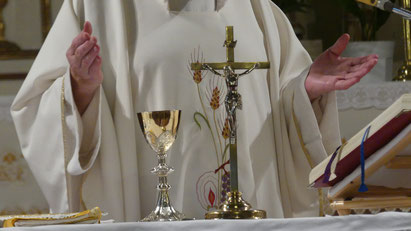 Priester beim Hochgebet