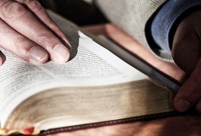Bibel mit Hand