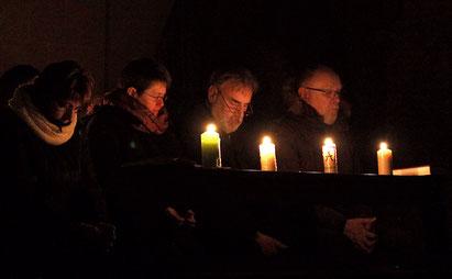 Betende im Kerzenschein