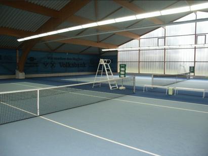 Tennishalle mit drei Plätzen
