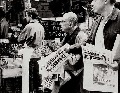 """Jean Paul Sartre sælger den forbudte maoistiske avis """"la cause du peuple"""""""