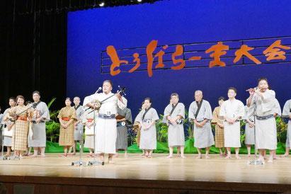 とぅばらーま大会最優秀賞に輝いた今村尚貴さん(中央)=13日夜、市民会館大ホール
