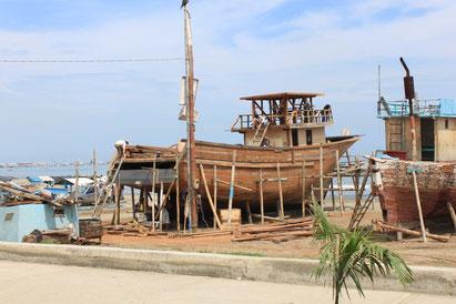 Fischerboots-Bau am Strand von Manta