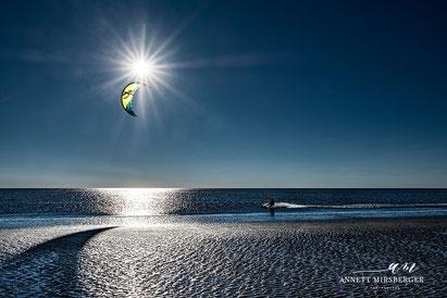 Kiter am Strand von St. Peter-Ording im Gegenlicht