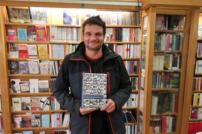Autor Sebastian Ringel mit seinem neuen Buch im Specks Hof/ Foto: P. Hinke