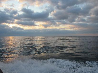 海は、穏やかながら雲に覆われました。