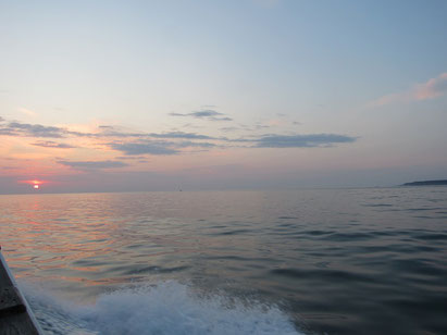 日の出とともに穏やかな海へ