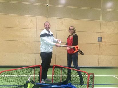 Hier überrascht Floorball Mainz die Schwamb-Schule mit einer Floorballtaschen-Spende