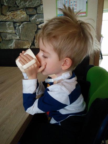 Jannik Middelbeck trinkt zum ersten mal selbstständig aus seinem Trinkbecher