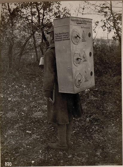 Soldat im Dezember 1917 mit einem Gasschutzkasten für Brieftauben