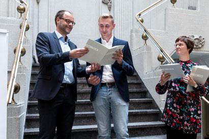 Foto (v.li.): Der Präsident der Westfälischen Hochschule Dr. Bernd Kriegesmann übergibt das Zertifikat an Chris Barkhofen. Rechts im Bild: Jennifer Peters, Leiterin Qualifizierung NRW-Talentscouts.
