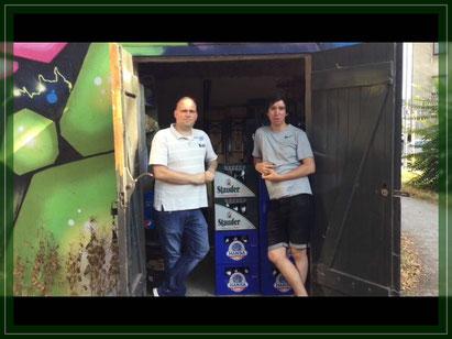 Sebastian Kolkau(links) und Robin Trox vom Spunk mit dem eingetauschten Pfand
