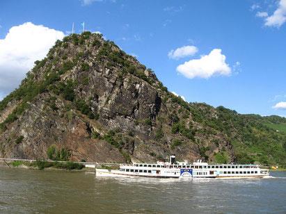 Die Loreley ist ein 132 m hoher, steiler Schieferfelsen am rechten Rheinufer in der Rheinschlucht von Sankt Goarshausen in Deutschland.