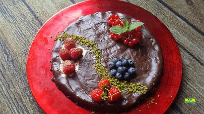 Rezeptvorschau auf ein Backrezept aus Dinkel-Dreams 3 von K.D. Michaelis für eine selbstgebackene supersaftige Schokoladen-Himbeer-Tarte mit echter Schokolade