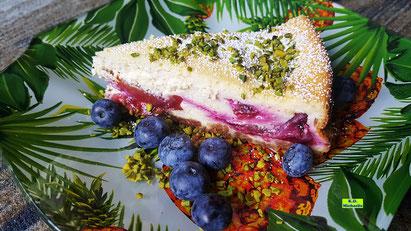 Rezeptvorschau auf ein Backrezept aus Dinkel-Dreams 3 von K.D. Michaelis für einen cremigen selbstgemachten Zwetschgen-Käsekuchen