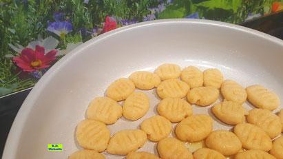 Rezeptvorschau auf Kochrezept für selbstgemachte, schnelle Kartoffel-Gnocchis mit in der Mikrowelle gegarten Kartoffeln aus Dinkel-Dreams 3 von K.D. Michaelis
