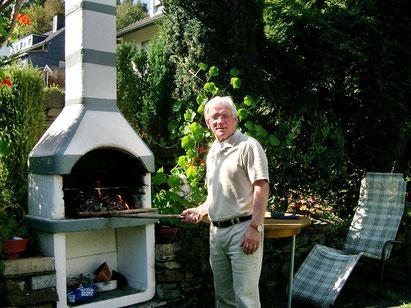 Gerd Langenbach ist immer in Aktion für seine Gäste. Gern auch bei Grillabenden.