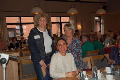 Imke Wicke begrüßt die Referentin Rosi Waldeck (rechts)  und Galina Frieling (mitte).  Galina Frieling übernimmt 2019 die Tschernobyl-Aktion für Kinder und wirbt bei den LandFrauen für Unterstützung. Eine Kochaktion mit den LF ist bereits geplant.