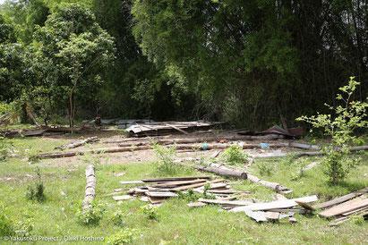 朽ちて倒壊してしまった校舎跡