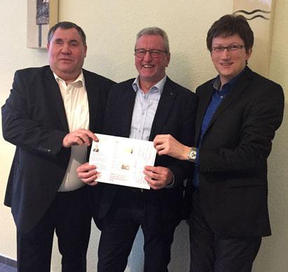Von links: Mtefan Krutten, MdL (Mitte) wird von Adrian Schmitz (links) und Prof. Jörg Loth (rechts) als neues Mitglied in den Herzensengel e. V. aufgenommen. (Foto: Herzensengel)