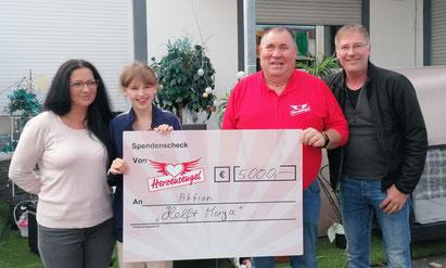 Maya Matthiesen mit ihren Eltern und Adrian Schmitz.