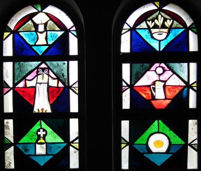 Fenster mit Taufsymbolen in der Taufkapelle (heutiges Beichtzimmer) unserer Pfarrkirche