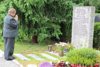 Serhij Zhyhalik am Grab in Haslach