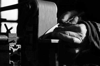 Schleifen eines Messers, Kostenloser Schärfservice, Facto Messermanufaktur, Foto: Janos Freuschle
