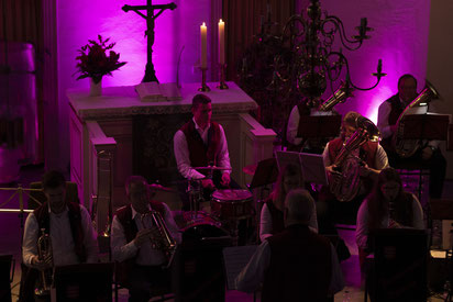 Ganz in Pink getaucht umrahmt das passende Licht die Atmosphäre in der Nicolai Kirche.