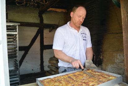 Markus Grube backt den Kuchen im historischen Backhaus.
