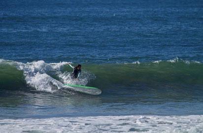 ギラム真理子 自宅前のビーチでサーフィン!