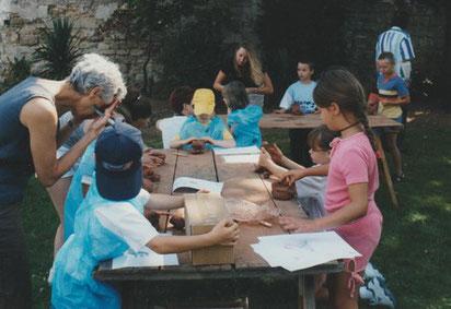Enfants à l'atelier de terre